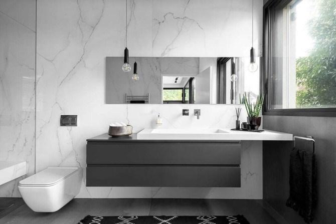 Tường phòng tắm lát bằng đá mang đến cảm giác sang trọng và dễ dàng vệ sinh.