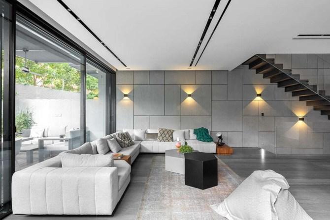 Phòng khách rộng rãi vì cùng sử dụng chung, ghế sofa màu trắng chiếm trọn không gian mang lại những buổi nói chuyện thân mật giữa các thành viên.