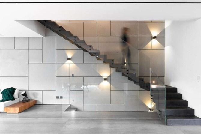 Tay vịn cầu thang làm bằng kính khiến cầu thang gần như trong suốt.