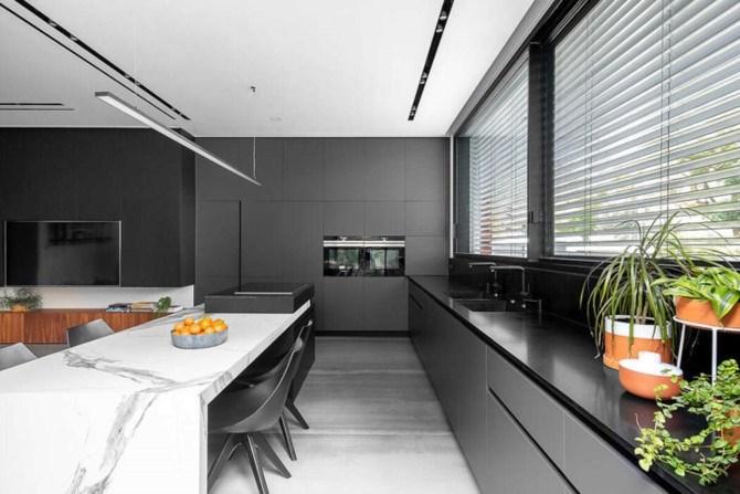 Tường và tủ bếp màu xám tăng cảm giác hiện đại và sang trọng.