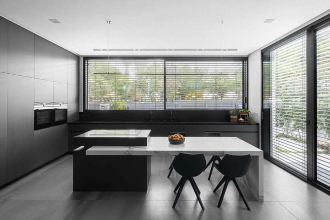 Đảo bếp làm bằng đá cẩm thạch phân chia khoảng cách hợp lý trong căn bếp, khiến căn bếp rộng không quá trống trải.