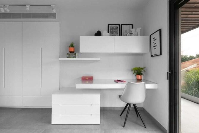Tầng 2 là khu vực riêng tư, bàn làm việc hiện đại, đơn giản đặt gần cửa sổ, đẩy cao sự tập trung.