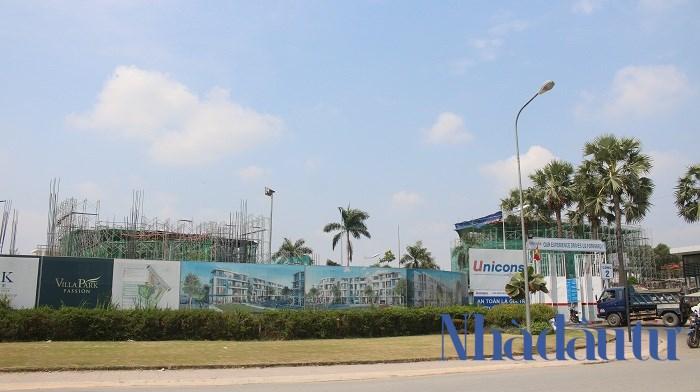 Tuy nhiên, dự án dù chưa hoàn thành nhưng đã được khách hàng mua sạch ngay khi chủ đầu tư mở bán, giá cho mỗi căn biệt thự tại đây là trên 10 tỷ đồng (cho căn có diện tích 170 m2). Ảnh: Chu Ký