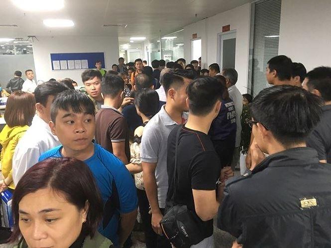 Hàng trăm người tụ tập tại công ty Hoàng Nhất Nam suốt đêm đòi sổ đỏ, tiền cọc. Ảnh: Thanh Trần.