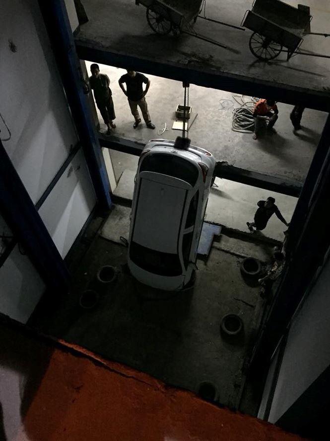 Chiếc ô tô bị trượt thang vận từ tầng hầm 3 cắm đầu xuống tầng hầm 4.