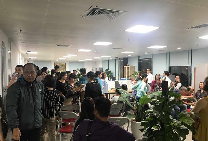 Người dân kéo tới trụ sở Cty Hoàng Nhất Nam vào tối 14/3 để đòi quyền lợi đất đai. Ảnh: Nguyễn Thành.