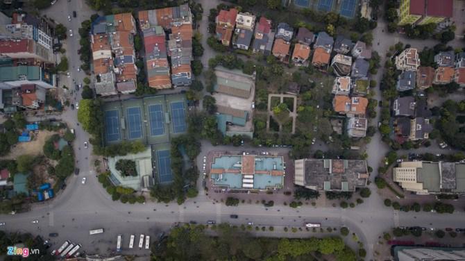 Người dân cho rằng các chung cư tại đây đều phân lô thấp tầng và đầy đủ chỗ đỗ xe, không như chủ đầu tư nói thiếu. Mỗi chung cư đều có 1-3 tầng hầm, hoàn toàn đảm bảo chỗ đỗ. Trong khi đó, nhiều lô đất xung quanh công viên được quy hoạch làm bãi đỗ xe thì không được xây dựng, tại sao lại phải lấy đất của công viên.