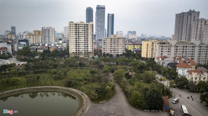 Vị trí xây dựng nằm ở phía bắc công viên, giáp đường Thành Thái (rộng 30m), phía tây giáp cổng chính, phía đông là mặt đường ven công viên (rộng 17,5 m).