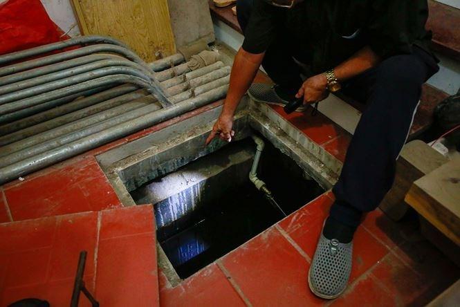 Ông Phạm Đinh Bưởi nhà số 4 TT30, cho biết cả khu bếp nhà ông bị lún xuống, nứt hở cả bể nước phía dưới cả gang tay.
