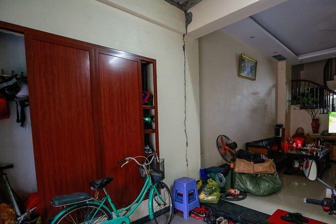 Ngôi nhà của anh Vương Văn Khánh cũng bị nứt toác lớn.