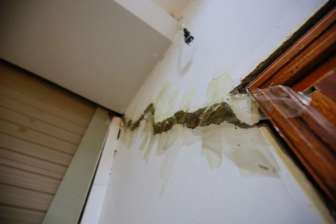 Gia đình chị Quyên phải dùng băng dính, dán lại các vết nứt trên tường nhà để tránh chuột, côn trùng bay vào