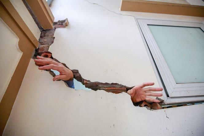 Nhiều vết rạn lớn có thể đưa được cả bàn tay qua khe tường.