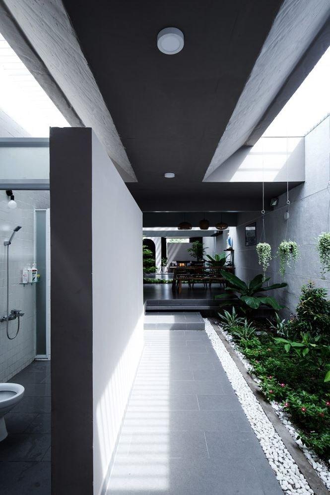 Phòng tắmđẹpđầy hiện đại được phân định bằng bức vách bê tông chắc chắn.
