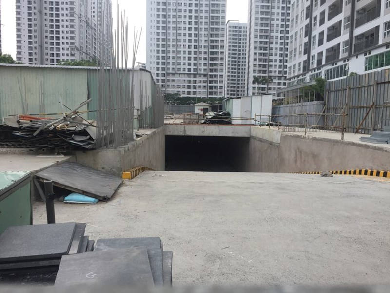 Phía trong công trình thi công tháp E2 thuộc dự án Sunrise Riverside hiện tại vật liệu ngổn ngang, không có dấu hiệu thi công.