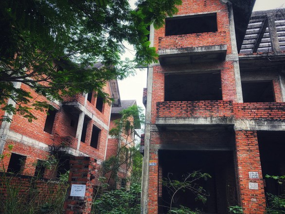 Biệt thự liền kề bỏ hoang ở khu đô thị mới Cầu Bươu (huyện Thanh Trì, Hà Nội) - Ảnh: Q.TH.