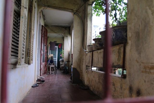 Nhiều căn hộ chung cư cũ đã xuống cấp nhưng vẫn được bán với giá cao ngất ngưởng. Ảnh: L.T