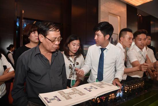 Khách hàng được nhân viên bán hàng tư vấn trực tiếp tại sự kiện.