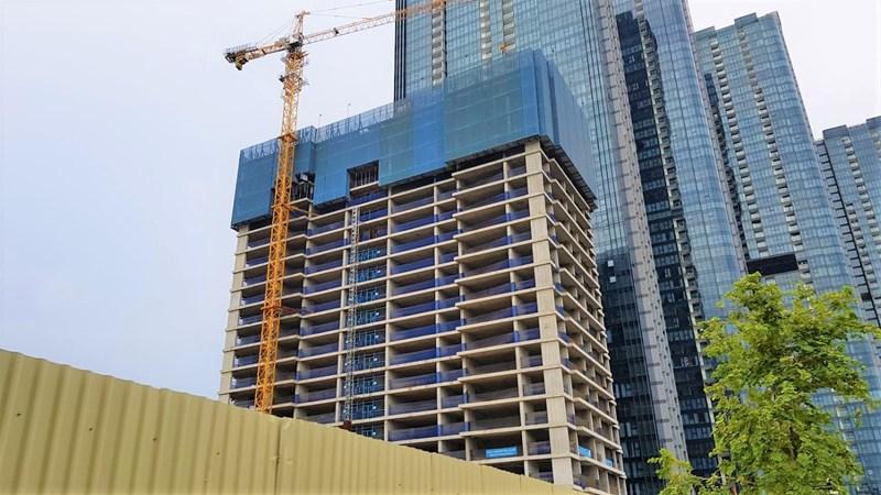 Một tòa cao ốc trong dự án Centennial Ba Son của Alpha King đang được xây dựng. Dự án có 410 căn hộ, biệt thự và cao ốc văn phòng đang trong quá trình xây dựng.