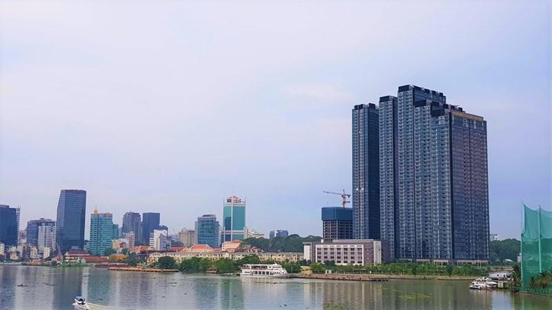 Vinhomes Golden River nổi bật góc Nguyễn Hữu Cảnh giao Tôn Đức Thắng. Theo thông tin từ CBRE, dự án có hơn 3.000 căn hộ, 63 biệt thự đã được hoàn thành, đang trong giai đoạn bàn giao.