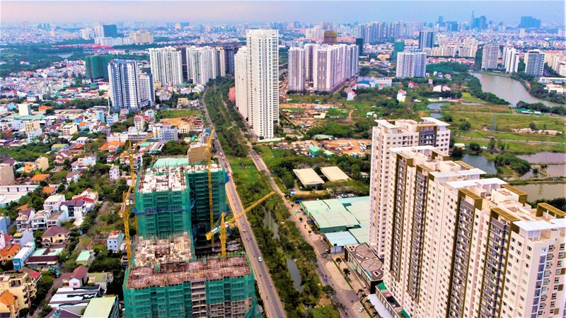 Nhiều dự án chung cư cao tầng mới vẫn đang tiếp tục được xây dựng.