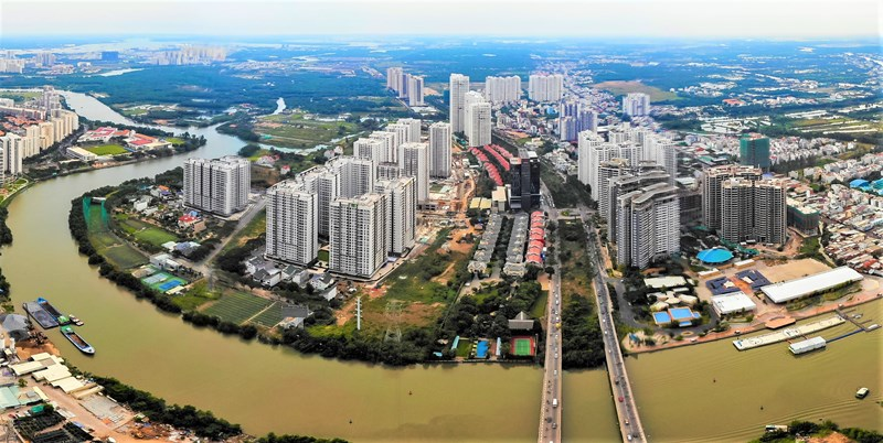 Khu vực đường Nguyễn Hữu Thọ phía Nhà Bè, nơi có các chung cư cao tầng và nhiều biệt thự thấp tầng.