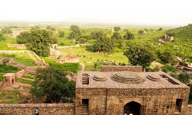 Pháo đài Bhangarh trở thành một địa điểm khảo cổ.