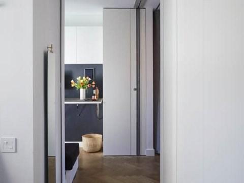 Hành lang ngắn dẫn từ phòng khách đến phòng làm việc tại nhà. (Ảnh: Business Insider)