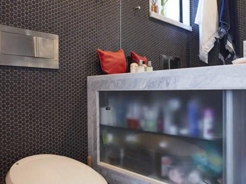 Phòng tắm nhỏ gọn có không gian lưu trữ dưới bồn rửa. (Ảnh: Business Insider)