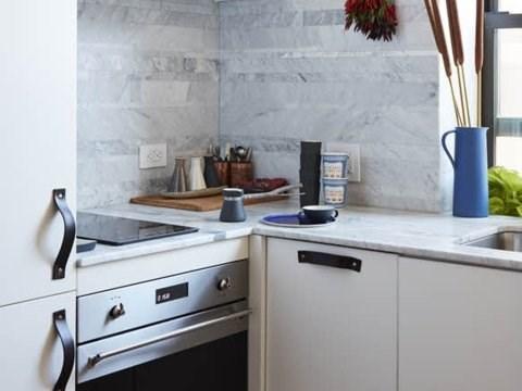 Nhà bếp bao gồm lò nướng, máy rửa chén và bộ lọc nước. (Ảnh: Business Insider)