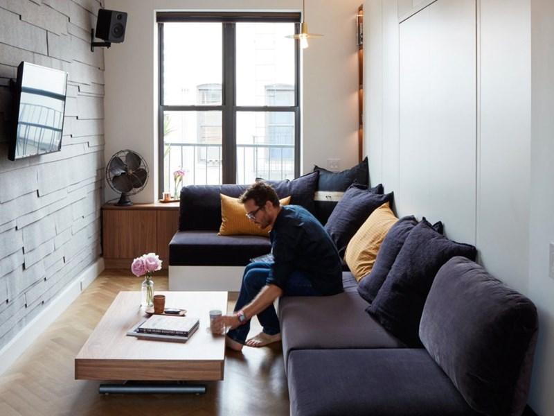 Năm 2016, căn hộđược cải tạo lại với tiêu chí tiết kiệm nhưng hiện đại. Trong nhà lát sàn gỗ sồi xương cá và tủ gỗ óc chó. (Ảnh: Business Insider)