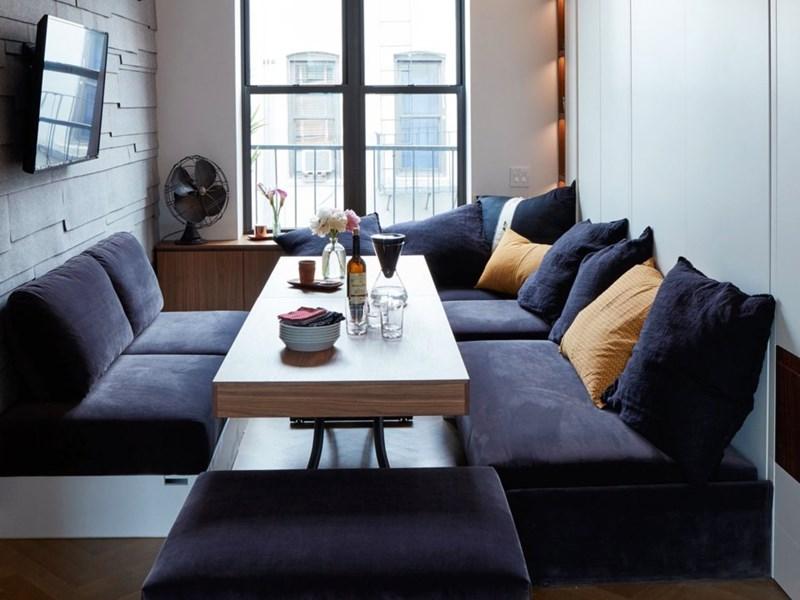 Mọi nội thất trong nhà đều được thiết kế để phục vụ nhiều hơn một mục đích. Bàn trà có thể sử dụng như một bàn cà phê hoặc nâng lên thành bàn ăn. (Ảnh: Business Insider)