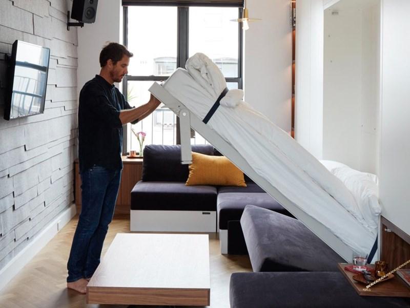 Chiếc ghế dài có thể biến thành giường và phòng khách lập tức là phòng ngủ chỉ trong vài giây. (Ảnh: Business Insider)