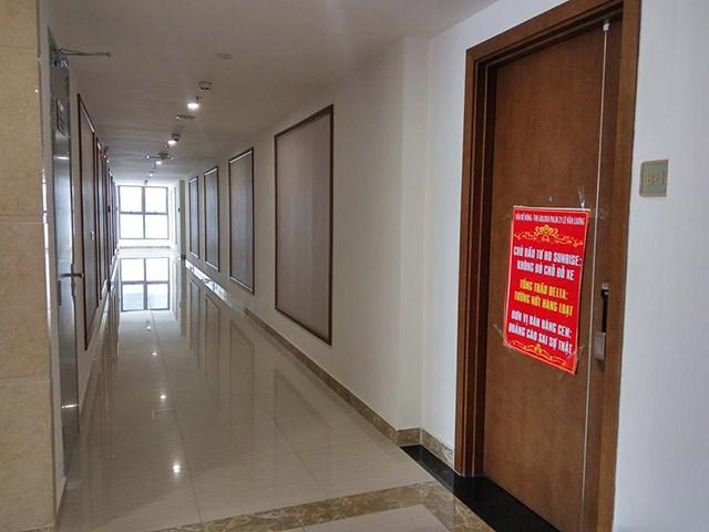 theo phản ánh của nhiều khách hàng, chủ đầu tư còn dựng các khung tường ngoài hành lang để che đậy các vết nứt. (Ảnh Danviet)