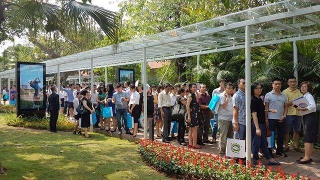 Người mua xếp hàng chờ đợi mua căn hộ của dự án Ecopark. ảnh Internet