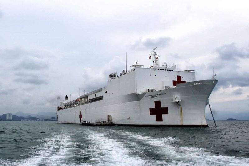Con tàu bệnh viện lớn nhất - United states Naval ships Mercy and Comfort dài 272.5m, rộng 32.3m(Chụp tại Nha Trang, chuyến thăm 17/5/2018