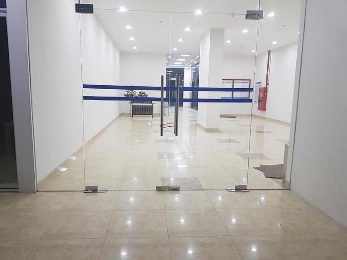 Cửa ở sảnh ra vào tầng 1 tòa nhà Eurowindow Park 4 bị khóa từ 22h hàng ngày đến sáng hôm sau.  (Ảnh người dân cung cấp)