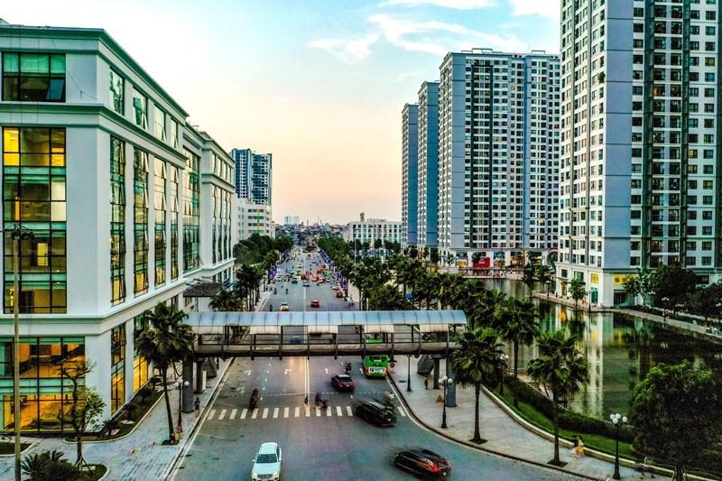 Trong quá trình hoàn thành bàn giao căn hộ, với sức ép từ phía thị trường và nhằm giải phóng nốt số lượng căn hộ chưa bán được, trong năm 2013 Vingroup đã thay đổi một số thiết kế khu đô thị, giảm bớt diện tích cho thuê trung tâm thương mại để gia tăng các tiện ích cho cư dân tại đây