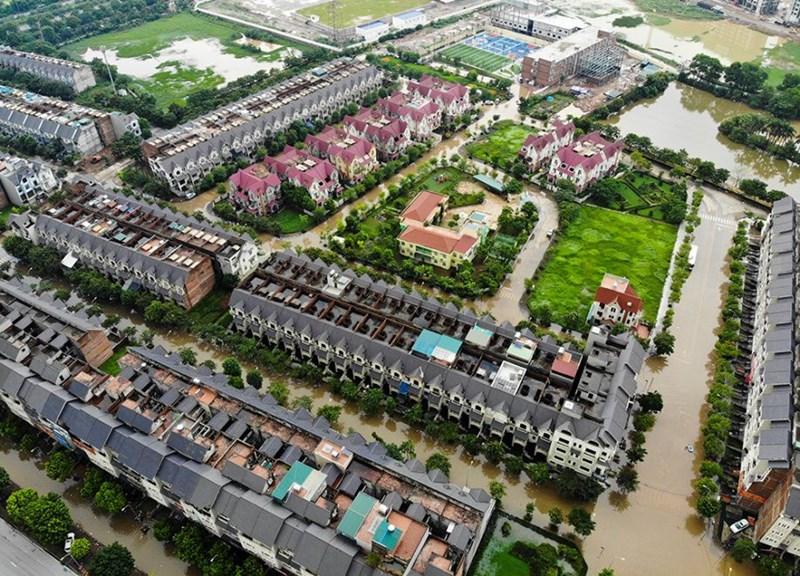Mưa lớn khiến nhiều đoạn tại đại lộ Thăng Long (Hà Nội) hôm nay tiếp tục ngập sâu, đặc biệt là hầm chui, hàng trăm phương tiện nối đuôi, dò dẫm đi qua. Khu dân cư khu vực xung quanh cũng đang trong tình trạng ngập nặng.Ảnh Dantri