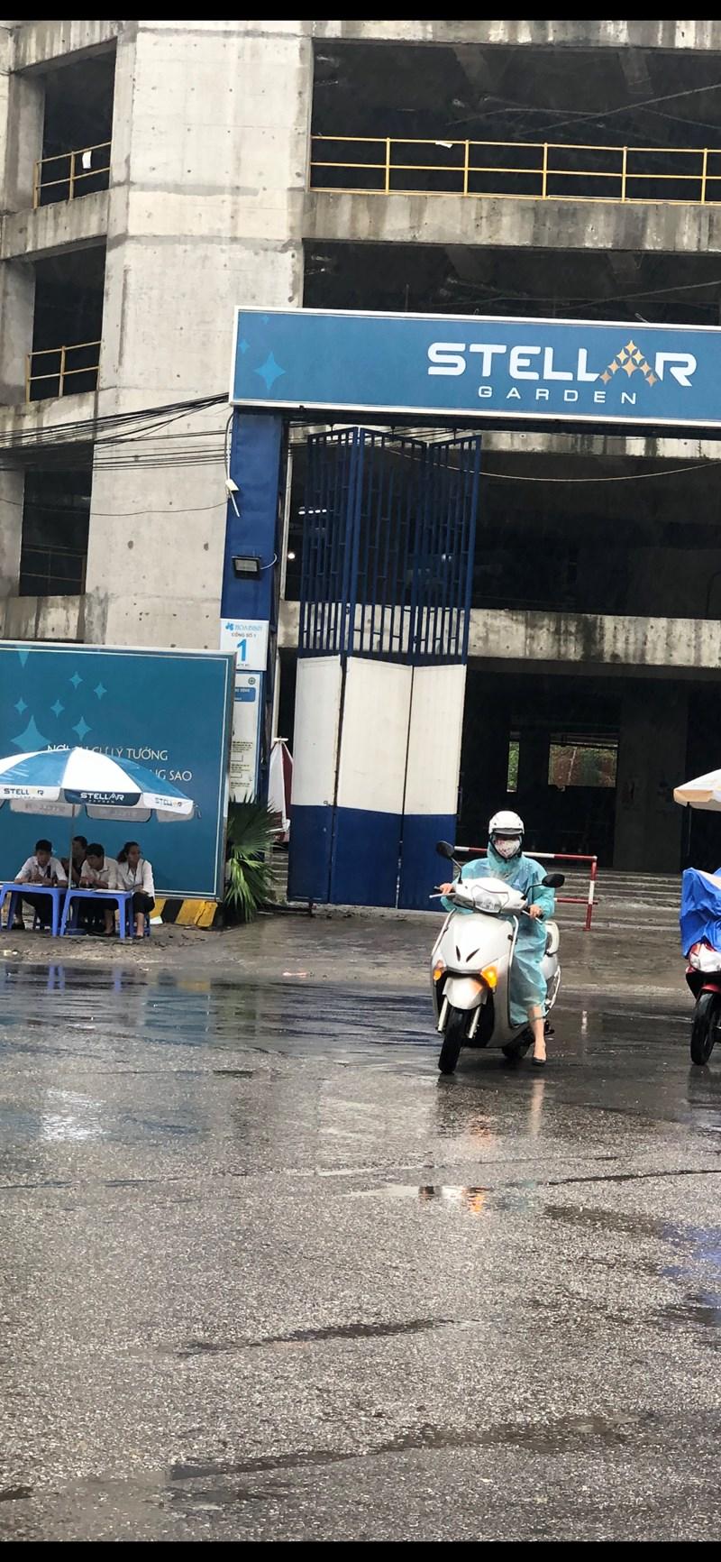 Dự án Stellar Garden Lê Văn Thiêm chuẩn bị bàn giao. Dù nắng hay mưa, đội ngũ sale vẫn kiên trì bám vỉa hè đẩy hàng.