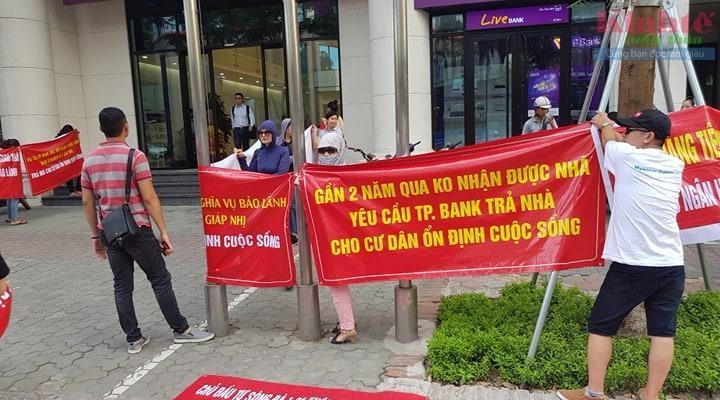 Khách hàng tập trung biểu tình phả đối tại trụ sở TP Bank.