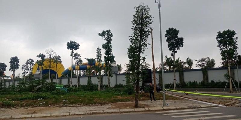 Hình ảnh các lực lượng chức năng đang tiến hàng rào chắn xung quanh chuẩn bị cho việc phá dỡ công viên nước Thanh Hà.