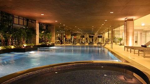 Phòng tập gym và bể bơi dành cho các tuyển thủ có thể tập luyện.