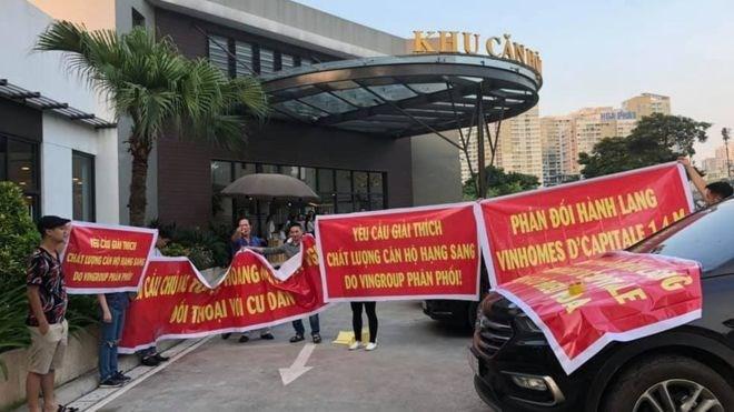 Người dân căng băng rôn biểu tình chủ đầu tư tại dự án D'Capitale
