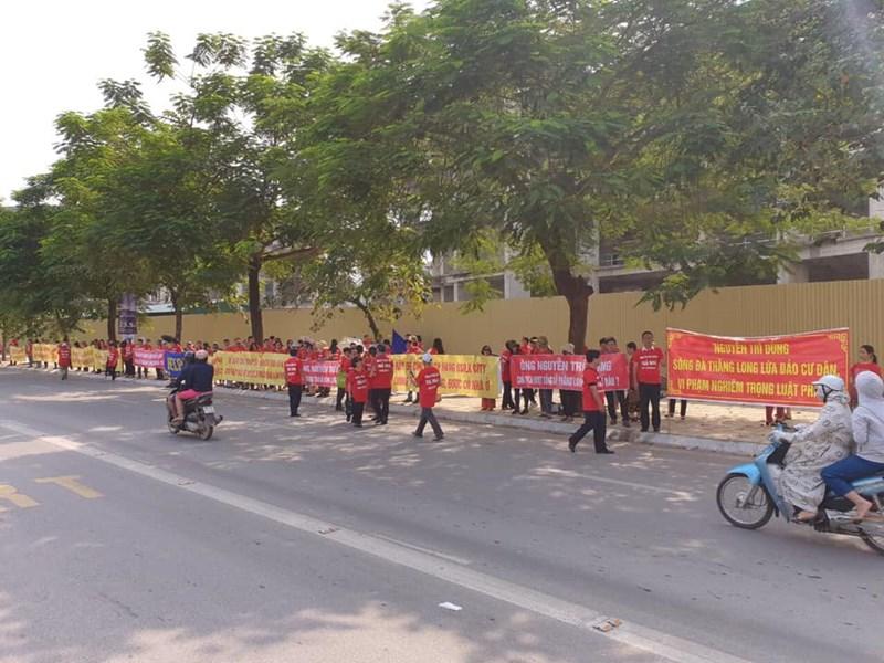 Rất đông khách hàng mua nhà tại Usilk City căng băng rôn, biểu ngữ diễu hành dọc đường Tố Hữu quanh dự ánUsilk City.
