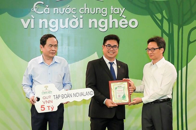 Đại diện Tập đoàn Novaland nhận kỷ niệm chương cho những đóng góp tích cực chung tay giúp đỡ người nghèo.