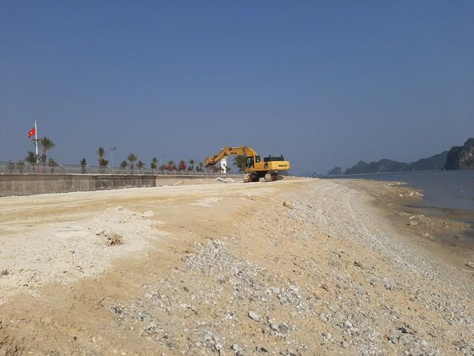 Hàng chục nghìn khối đất đá được đổ xuống vịnh Bái Tử Long. Ảnh: Dân Việt.
