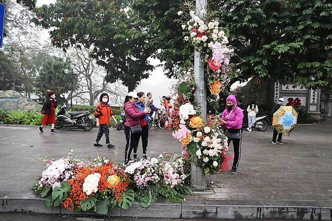 Hơn 100 cột đèn nở hoa giữa trung tâm Hà Nội - Ảnh 1