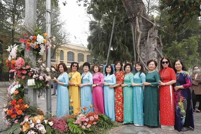 Hơn 100 cột đèn nở hoa giữa trung tâm Hà Nội - Ảnh 2