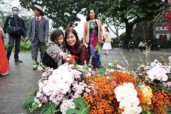 Hơn 100 cột đèn nở hoa giữa trung tâm Hà Nội - Ảnh 3