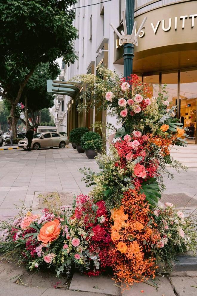 Hơn 100 cột đèn nở hoa giữa trung tâm Hà Nội - Ảnh 6